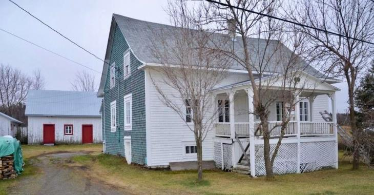 Pour 99 000$, faites l'acquisition d'une belle ancestrale de 1842 avec matériaux d'origine, 4 chambres et vue sur le fleuve