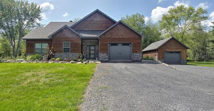 Magnifique maison contemporaine sise sur un terrain de plus de 28 000 pi² avec un boisé à l'arrière; une chaleureuse propriété située à environ 1 h 15 de Montréal