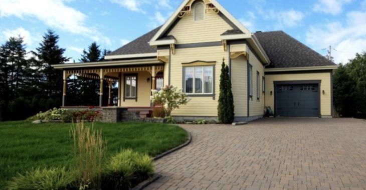 Des planchers radiants, un sauna, un foyer au gaz et un intérieur chaleureux; voilà ce qui vous attend dans cette charmante propriété de 15 pièces