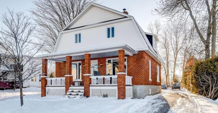 Tout près des services, ce chaleureux cottage rénové avec soin et doté de 5 grandes chambres se vend moins de 195 000$