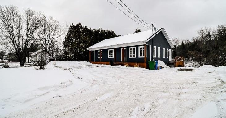 Nouveau sur le marché! Joli bungalow rénové situé dans un petit coin de paradis bordé par la rivière La Blanche