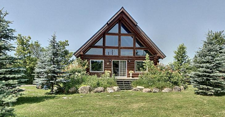 Cette propriété de 3 chambres à coucher et 2 salles de bain se vend pour 250 000 $; une magnifique maison en bois rond à découvrir