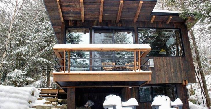 Vendu meublé! Refuge intime reconstruit de manière unique avec des matériaux anciens et logé en bordure d'un lac paisible