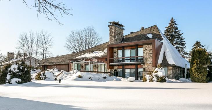 Construite face au lac, cette résidence au style unique possède tous les atouts qui en font une maison qu'on envie follement