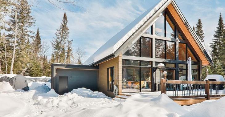 Fenestration généreuse avec vue sur la forêt, terrain de 142 404 pi², style recherché, ambiance chaleureuse : une maison à découvrir sans plus attendre!