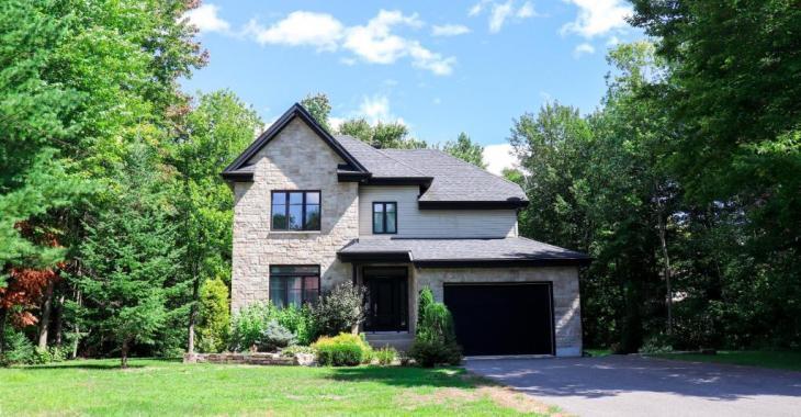 Ravissante propriété de 389 000 $ sise sur un grand terrain boisé dans un quartier familial où il fait bon vivre