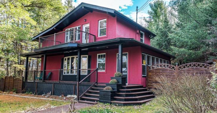 Adeptes de plein air, cette charmante maison est située à distance de marche de la station Ski Chantecler, d'un golf, de sentiers de randonnée et d'une rivière