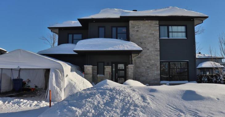 Cette magnifique maison rénovée impressionne avec son intérieur moderne, sa cour intime et sa piscine creusée!