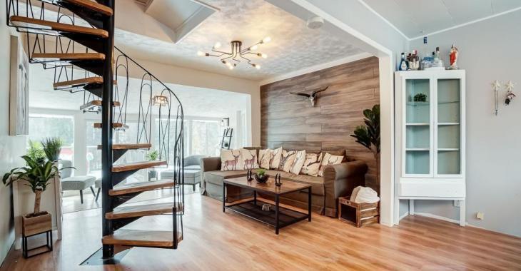Incroyable maison de style rustique-chic entièrement rénovée et dotée de 3 chambres, d'une grande salle familiale et d'un immense terrain!