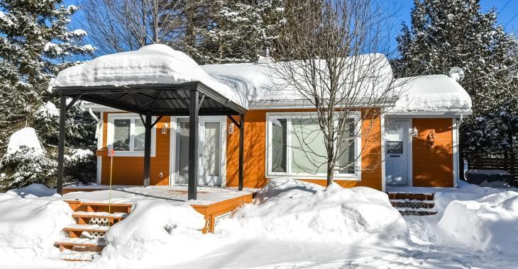 Coquette petite maison de 219 900 $ avec une jolie mezzanine, un garage détaché et une petite plage de sable!