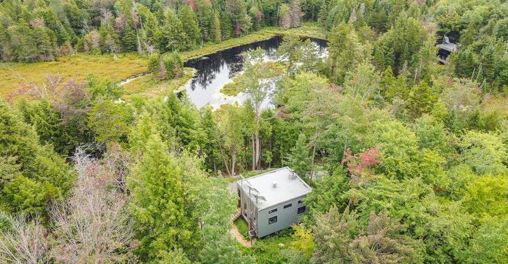 Chalet 100% autonome! Vivez dans une demeure unique en fusion avec la nature et enracinée au milieu d'un territoire protégé!