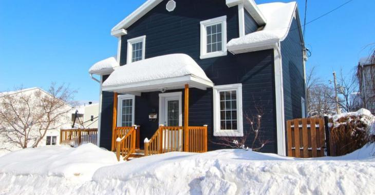 Superbement rénovée de A à Z, cette lumineuse maison de 3 chambres à 2 pas des services se vend 175 000$
