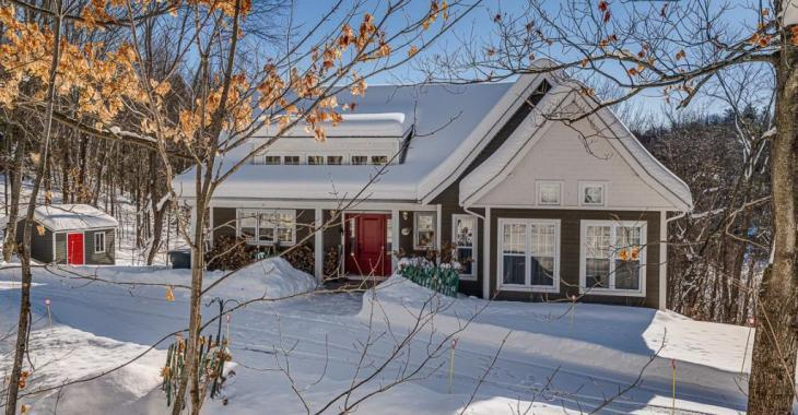 Profitez d'un paysage enchanteur dans cette demeure abondamment fenestrée avec vue panoramique sur le lac et sur les montagnes