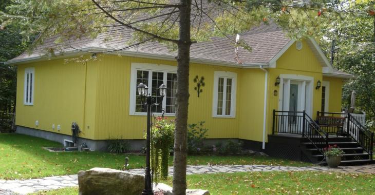 Magnifique maison champêtre de 379 000 $ située au cœur d'un boisé de 32 292 pi²