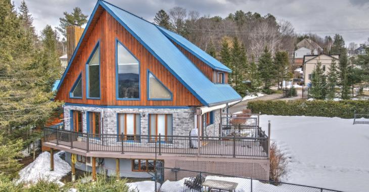 Nouvelle sur le marché! Ravissante maison de 4 chambres à coucher vous offrant une superbe vue sur les montagnes avoisinantes
