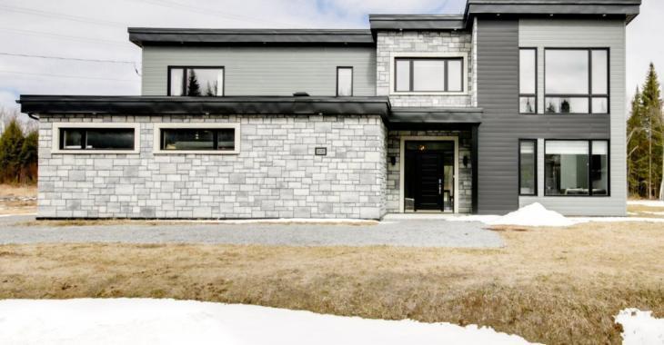 Impressionnante demeure construite dans le souci du détail vous offrant un intérieur avec de vastes pièces et des finitions haut de gamme