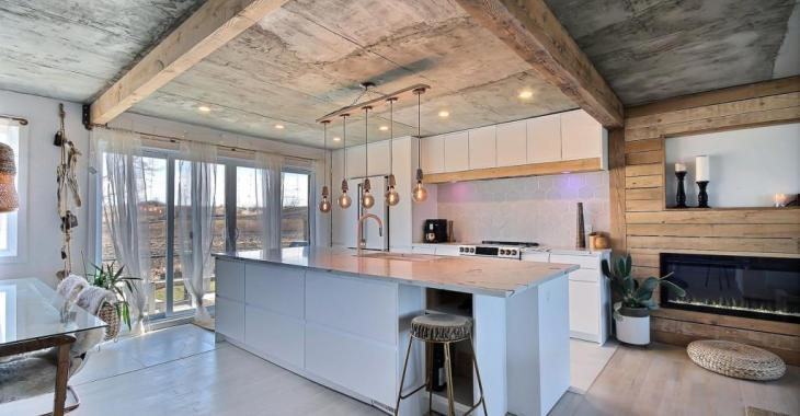 À moins de 30 mins de Montréal! Modernisée de manière unique, cette résidence de 5 chambres avec garage double vous réserve des surprises
