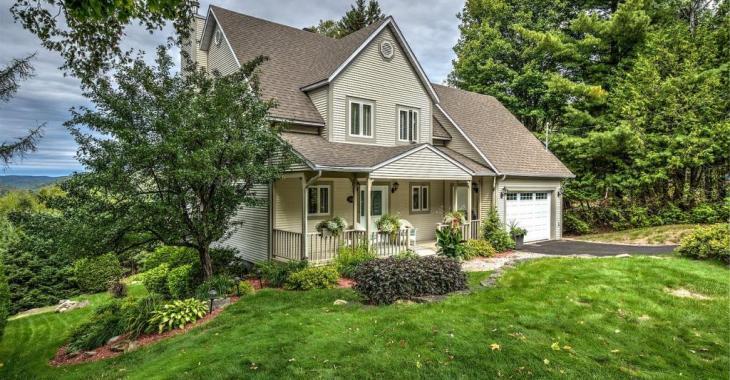 1ère fois sur le marché depuis sa construction! Élégant cottage surplombant la vallée avec vue phénoménale sur les montagnes, le golf et le lac