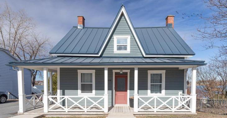 Une pure merveille aux allures de cottage en bord de mer! Lumineuse propriété riveraine avec un séduisant intérieur et une jolie cour