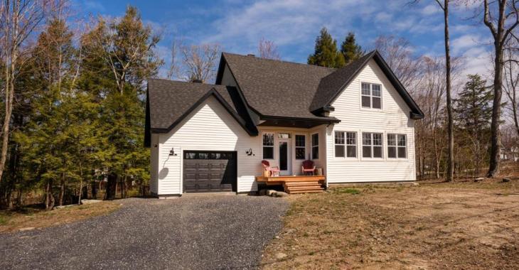 Ultra lumineux sur chaque étage, ce cottage de 5 chambres séduit par ses finitions harmonieuses et son environnement enchanteur