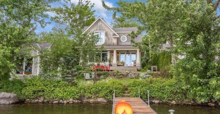 Digne d'un cottage en bord de mer! Pièces lumineuses, poutres apparentes, chambres tout confort, cour où il fait bon se ressourcer: un coup de coeur assuré