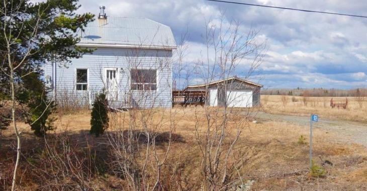 Maisonnette de campagne à 39 000$! 3 chambres, garage détaché et terrain de 52 000 pi² pour moins cher qu'un loyer