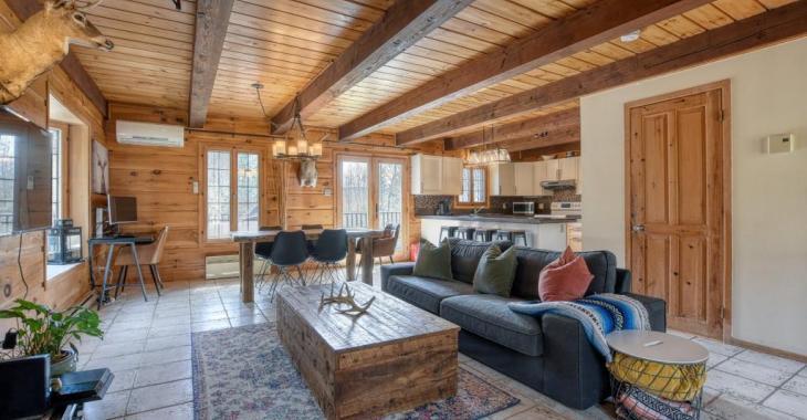 Accueillante maison de 4 chambres de style rustique-chic, à l'abri des regards dans un charmant secteur prisé des Laurentides