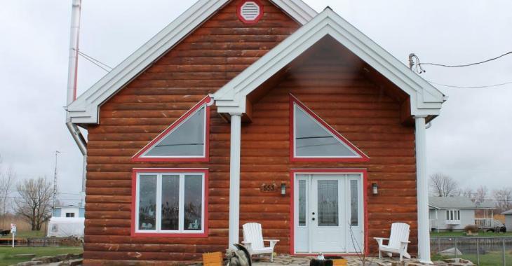 Baisse de prix! Cette authentique maison en bois rond séduit avec sa vue sur le canal et son paysage enchanteur