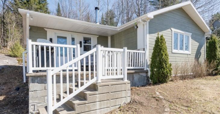 Laissez-vous charmer par ce sympathique petit bungalow de 139 900 $