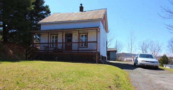 Abondamment rénovée, cette mignonne maison près des services et avec vue sur les montagnes se vend 72 000$