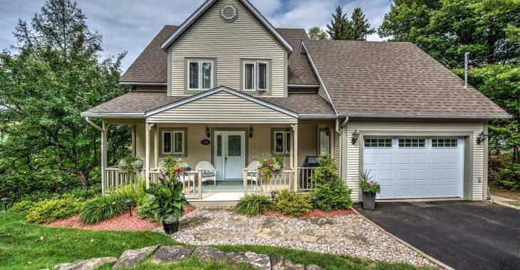 Ravissante maison vous offrant une vue spectaculaire sur les montages, un golf et un lac