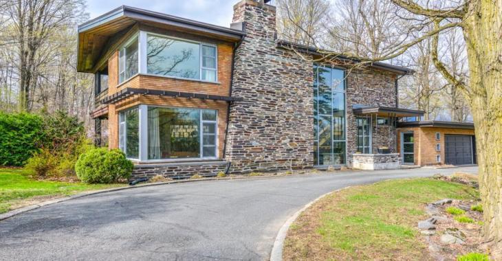 Amoureux du style mid-century, cette impressionnante demeure est pour vous!