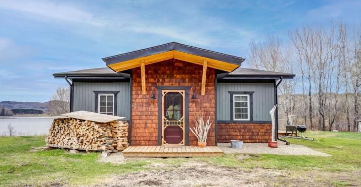 Superbe, unique, cette maison au décor non conventionnel et son terrain privé de 94 109 pi² combleront vos envies d'intimité et de nature