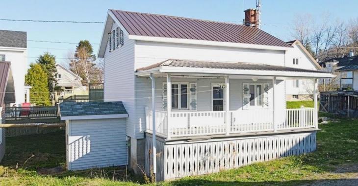 Le calme de la campagne, la proximité des services et un prix imbattable: pour 79 900$, ce cottage de 2 chambres avec garage est à vous
