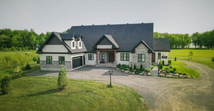 Splendide farmhouse contemporaine de 6 chambres sur un terrain 118 051 pi² à quelques pas d'une baie avec sanctuaire écologique