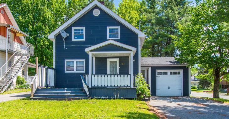 Pour 126 000$, faites l'acquisition de ce charmant domicile de 3 chambres avec cour ensoleillée, situé en plein coeur des services