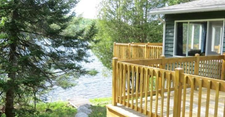 Passez l'été en bordure d'un lac paisible dans ce charmant pied-à-terre meublé à 165 000$