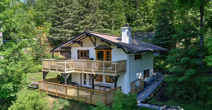 Superbe cottage style chalet suisse blotti en montagne, entièrement rénové en 2020 et à 5 mins d'un lac