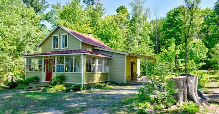Parfaite maisonnette champêtre sans voisins arrière et à distance de marche des services à vendre pour 219 000$