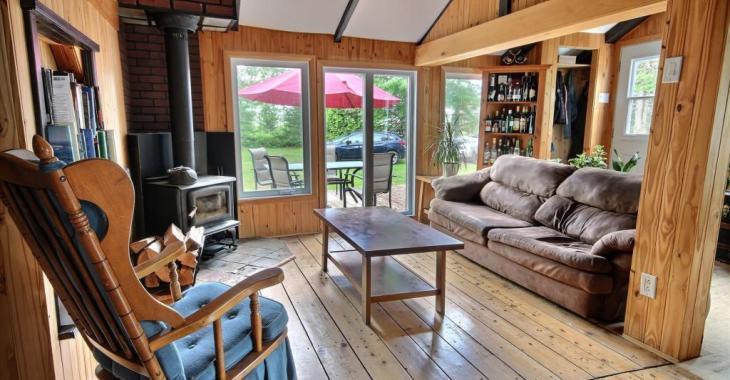 Dites adieu aux voisins bruyants! Accueillant domicile de 2 chambres à 145 000$, rénové et sis dans un environnement paisible