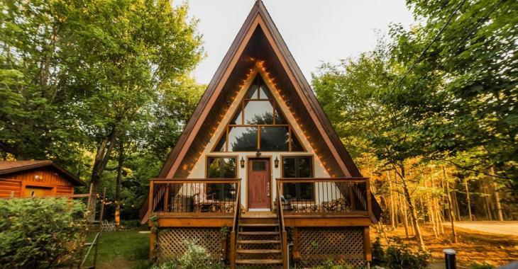 Féerique en toute saison, cette maison rustique au cachet unique et à moins d'1 hr de Montréal offre la quiétude absolue