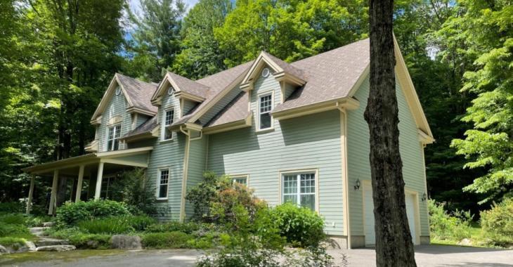 Charmante maison de campagne sise sur un grand terrain 88 807 pi² d'où les voisins sont à peines visibles.