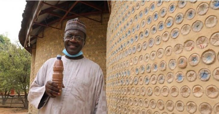 Un homme construit une maison avec près de 15 000 bouteilles de plastique recyclées.