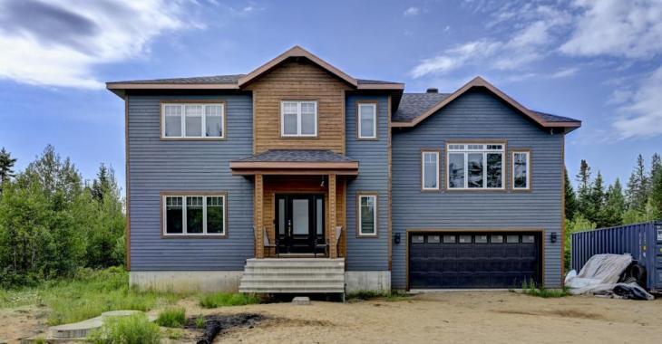 Splendides finitions, possibilité de 6 chambres, 162 000 pi² de terrain: cette fabuleuse farmhouse contemporaine a tant à vous offrir!