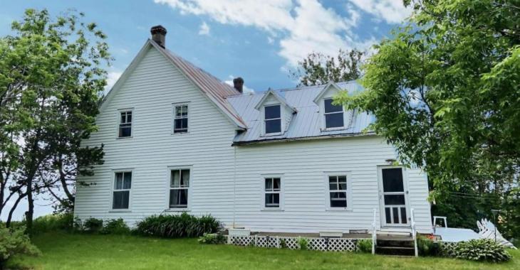 Splendide et immense maison ancestrale à seulement quelques minutes de la mer, pour moins de 100 000$