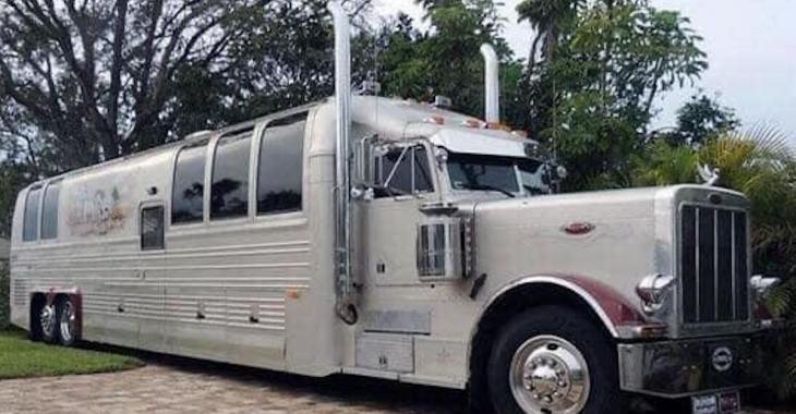 Ce camion-remorque a été transformé en véritable maison de luxe sur roues!