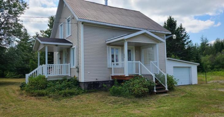 En retrait de la route, mais près des services, cette maison de 5 chambres à 45 500$ a tout un potentiel