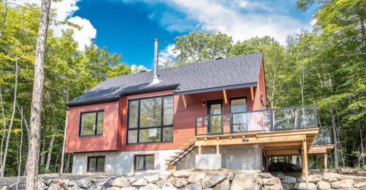 Hauts plafonds, concept ouvert, finitions de qualité, environnement naturel: une maison flambant neuve à découvrir!