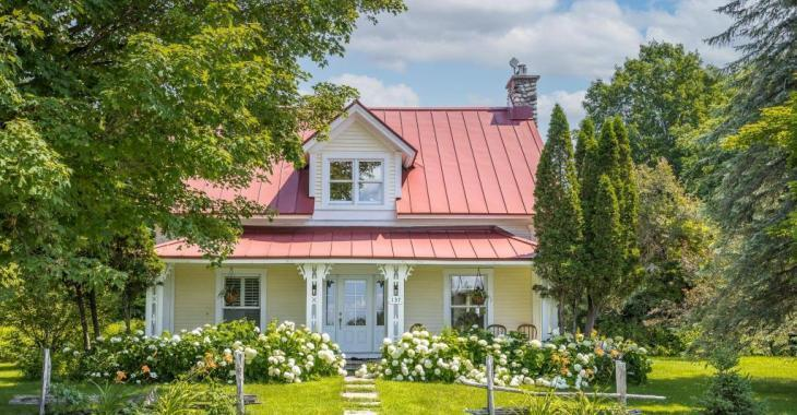Blotti au milieu d'un panorama digne d'une carte postale, ce cottage champêtre vous donnera envie de déménager dans les Cantons-de-l'Est