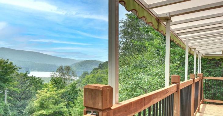 Le luxe dans les bois à petit prix! Lumineuse maison entièrement rénovée avec vue imprenable sur lac et montagnes!
